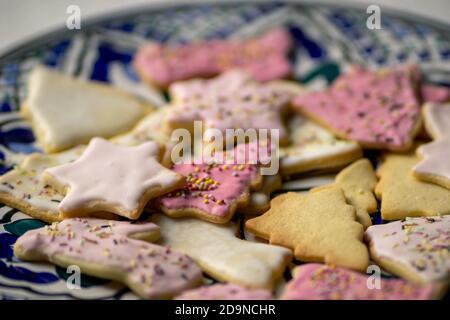 Sabrosas galletas caseras de Navidad en el plato azul, vista de primer plano