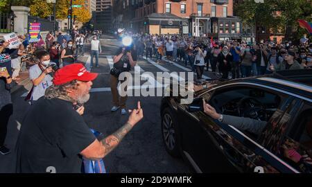 Reacción al final de las elecciones presidenciales de 2020 en Boston, MA, EE.UU. 07 de noviembre de 2020. Cientos de partidarios de Joseph Biden se enfrentaron a menos de 50 partidarios de Donald Trump en la casa del estado de Massachusetts en Boston después del anuncio de los medios de comunicación estadounidenses de que Biden había ganado las elecciones de 2020. La derecha muestra a los partidarios de Biden, la izquierda muestra a los partidarios de Trump. En la foto del centro se encuentra un partidario de Trump (L) que se está gestando ante un partidario de Biden en la calle frente a la Casa del Estado. Crédito: Chuck Nacke / Alamy Live News Foto de stock
