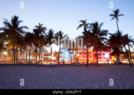 Miami, Florida, Estados Unidos - Hoteles, bares, restaurantes y vida nocturna en Ocean Drive en South Beach.