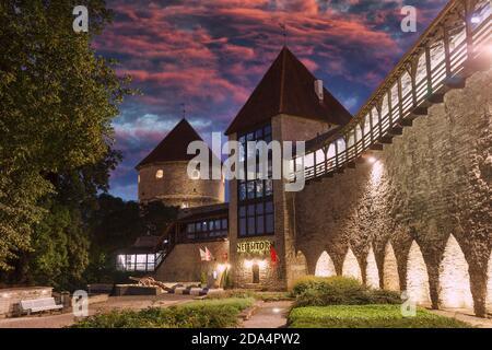 Jardín nocturno del rey danés. Atalayas medievales en el patio de la ciudad vieja. Espectacular cielo al atardecer Foto de stock