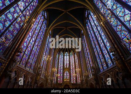 Una parte de las vidrieras en el interior de la Sainte-Chapelle, la real capilla gótica en la Ile de la Cite en París Francia