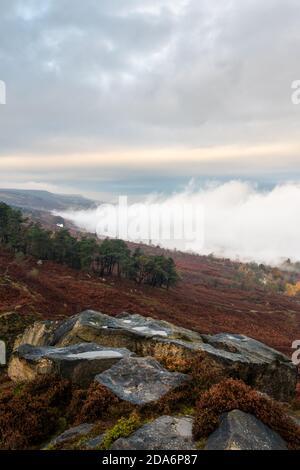 El tiempo en el Reino Unido: Inversión de nubes en un otoñal Ilkley Moor como la niebla se desplaza dentro y fuera del valle Wharfedale. Crocodile Rock, Ilkley Moor, West Yorkshire,