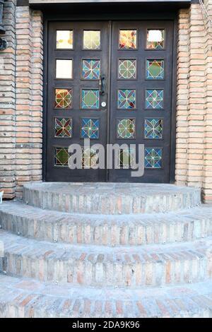 Puerta de hierro del edificio de ladrillo en la antigua Tbilisi, Georgia