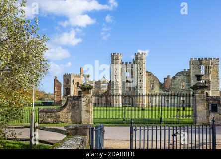 Las ruinas de Cowdray House (o Castillo) una casa señorial Tudor en Cowdray, Midhurst, una ciudad en West Sussex, al sureste de Inglaterra