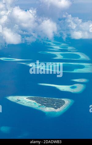 Vista aérea de las islas tropicales. Foto aérea del hermoso paraíso Maldivas playa tropical en la isla. Verano y vacaciones y viajes de vacaciones