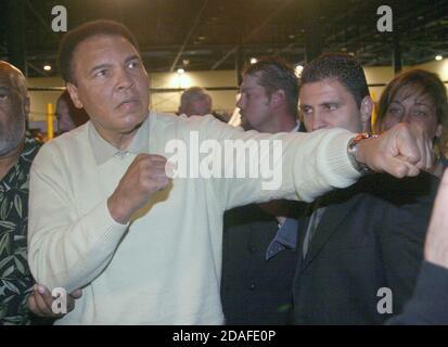 Miami Beach, FL 12-6 -2003 Muhammad Ali shadow boxes en el nuevo libro de 75 libras de Muhammad Ali, 'Goat' (el mejor de todos los tiempos), en el sitio histórico del triunfo de Ali en 1964 sobre Sonny Liston, el Centro de Convenciones de Miami Beach. El evento es parte de la Semana Internacional de Arte de Basilea en el Sur de la Florida Foto por Adam Scull/PhotoLink