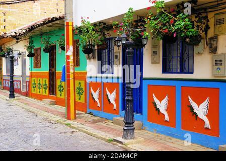 Coloridas calles de la aldea de Guatape en Colombia, América del Sur