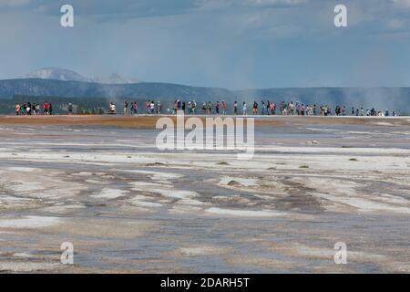Los visitantes se encuentran a lo largo del paseo marítimo en Grand Prismatic Spring en Yellowstone National Park, Wyoming, el lunes 3 de agosto de 2020. Muchos de los parques de la tabla