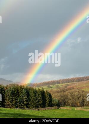 Clima en el Reino Unido: Impresionante arco iris sobre Barden en Wharfedale, Yorkshire Dales National Park paisaje: Impresionante arco iris sobre Barden en Wharfedale, Yorkshire