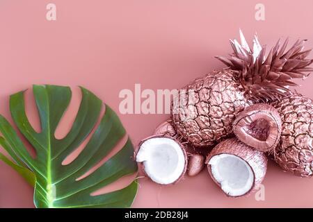 Diseño veraniego de colores de moda de frutas pintadas en color dorado y hoja tropical, piña y coco sobre un fondo de color, advertis creativa