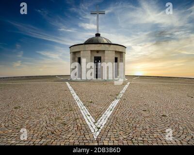 Santuario Monte grappa, osario de soldados italianos y austriacos de la primera Guerra Mundial, Veneto, Italia