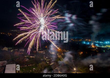 Vista aérea de fuegos artificiales sobre las casas del sur de gales en la noche de la hoguera, Reino Unido