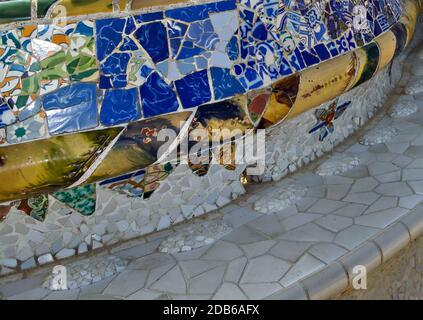 Mosaico de azulejos de color de Antoni Gaudí en su Parc Guell, Barcelona, España