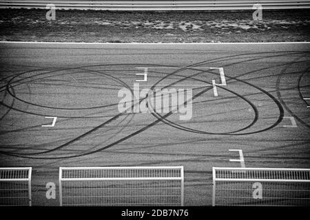 Circuito neumático de carreras sobre asfalto en el detalle de la marca