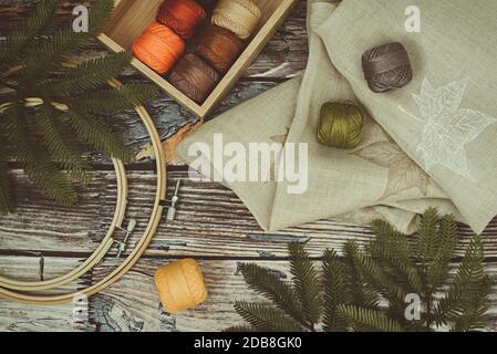 Vista superior de la caja de hilos bordados y aros