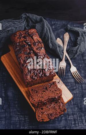 Pan de plátano de chocolate húmedo casero de cerca