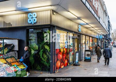 Supermercado Co-Op, abierto durante el segundo bloqueo de la pandemia de coronavirus, Kentish Town, Londres, Reino Unido Foto de stock