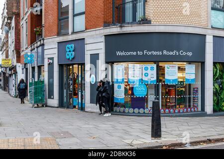 El supermercado Co-Op en Fortess Road, , abierto para los esenciales durante el segundo bloqueo de la pandemia de coronavirus, Kentish Town, Londres, Reino Unido Foto de stock