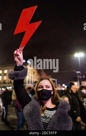 Un manifestante sostiene un rayo rojo - el símbolo de la resistencia de las mujeres polacas durante la manifestación.fuera del parlamento en la noche del vigésimo noveno día de protestas lideradas por la organización huelga de mujeres (Strajk kobiet), manifestantes contra la sentencia del Tribunal Constitucional que quemaba el aborto, Se reunieron de nuevo fuera del Parlamento y comenzaron a marcharse en el centro de Varsovia. Después de las revueltas con la policía, la marcha terminó fuera del edificio de la Televisión Polaca (TVP - Telewizja Polska), donde la policía antidisturbios utilizó spray de pimienta y detuvo a numerosos manifestantes.