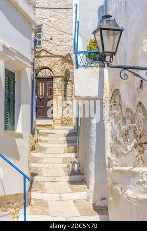 Tradicional callejón cicladitico con calle estrecha y casas encaladas en no Syros Grecia