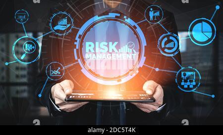 Evaluación y gestión de riesgos para la inversión empresarial concepto. Interfaz gráfica moderna que muestra símbolos de la estrategia en el arriesgado plan análisis para controlar