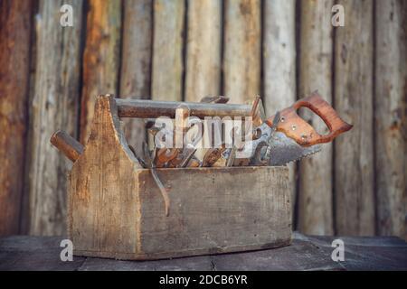 caja de herramientas vintage sobre la mesa sobre fondo de madera.