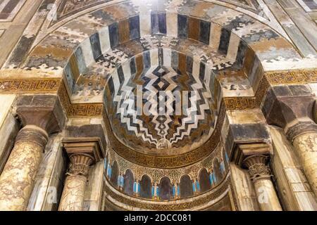 Complejo de Sultán Hasan, el Cairo, Egipto, interior del mausoleo, detalle de mihrab incrustada