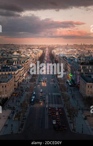 Champs-Elysees, avenida principal de París, Francia vista desde la azotea del Arco del Triunfo.