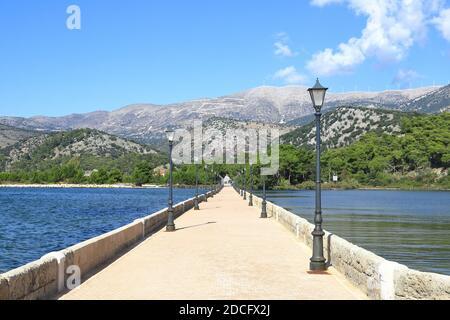 La vista a lo largo del Puente de Bosset (antes Puente Drapano) en la isla griega de Kefalonia. El puente se extiende por la laguna Koutavos en Argostoli.