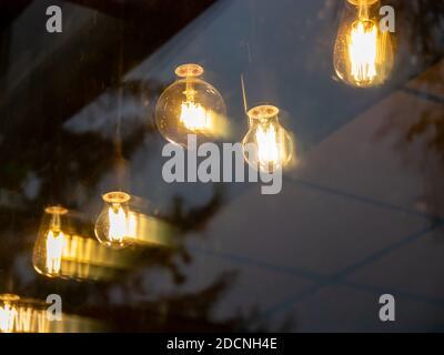 garland de lámparas incandescentes amarillas colgando a través del vidrio