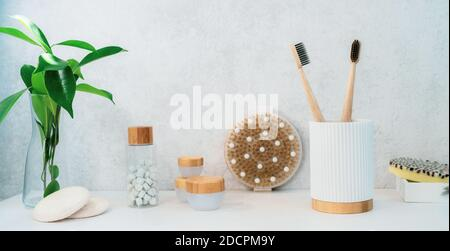 No desperdician nada en el baño. Cepillos de dientes de bambú, pastillas naturales para lavar la boca, jabón, pastillas de loofah, cremas y cepillo de madera para el cuerpo. Cuidado natural del cuerpo Foto de stock