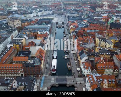 Vista aérea Drone de Nyhavn en Copenhague, Dinamarca