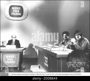 NO HAY PELÍCULA, NO HAY VÍDEO, NO hay televisión, NO HAY DOCUMENTAL - el teniente John Kerry aparece con el capitán al Hubbard en -Meet the Press,- el 18 de abril de 1971, en esta fotografía del folleto. Foto de KRT/ABACA.