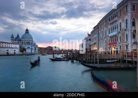 Italia, Véneto, Venecia, Gondolas amarrado en el puerto deportivo frente a Santa Maria della Salute al atardecer