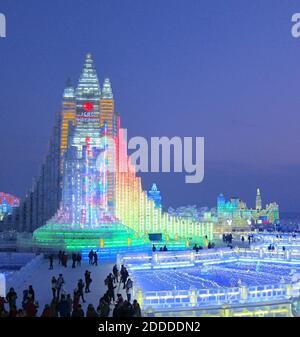 NO HAY PELÍCULA, NO HAY VÍDEO, NO hay televisión, NO HAY DOCUMENTAL - la estructura más alta en el festival de hielo de Harbin de este año fue una réplica de la Iglesia Hallgrimskirkja de Islandia. Incluía una diapositiva para que los visitantes se bajaran rápidamente. Harbin, China, 15 de febrero de 2014. Foto de Stuart Leavenworth/MCT/ABACAPRESS.COM