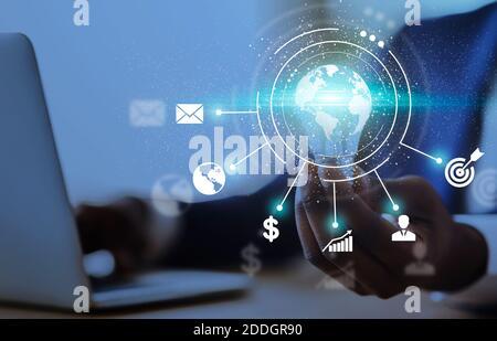 Innovaciones empresariales. Hombre de negocios negro sosteniendo bombilla iluminada con iconos de proceso de negocios, collage