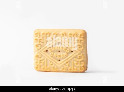 Primer plano de una galleta de crema de natillas sobre un fondo blanco. Foto de stock