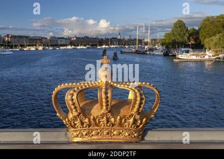 Geografía / viajes, Suecia, Estocolmo Laen, Estocolmo, corona en el puente Skeppsholmsbron con vista, Derechos adicionales-liquidación-Info-no-disponible