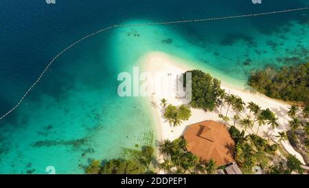 Playa de arena en una isla tropical con palmeras. Isla de Malipano, Filipinas, Samal.