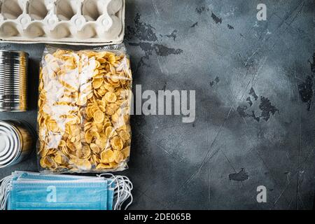 Conjunto de productos alimenticios. Suministros de alimentos. Donación, coronavirus y concepto de cuarentena, vista superior con espacio de copia, sobre fondo gris