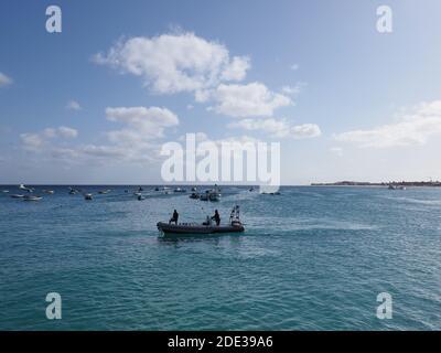 Lancha motora en el Océano Atlántico en la isla de SAL en Cabo Verde