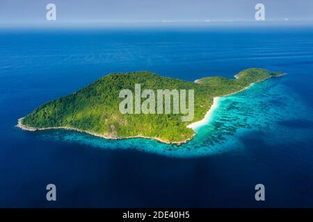 Vista aérea de una playa desierta en una escarpada isla tropical rodeada de arrecifes de coral (Koh Tachai).