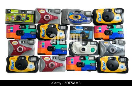 PARÍS-16 DE ENERO de 2018: Un surtido de cámaras usadas, baratas y desechables. Es una colección de diferentes marcas que lo hace que se parece a p de colores
