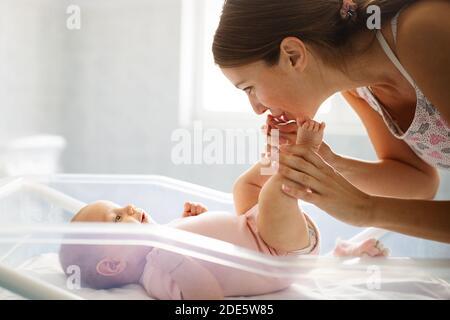 Madre feliz con recién nacido en el hospital