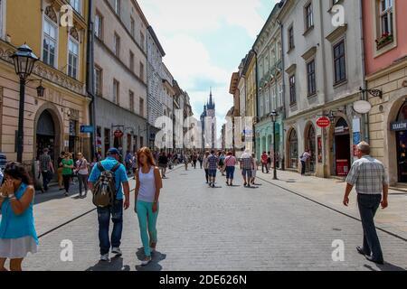 Cracovia, Polonia - 29 de julio de 2018: Turistas caminando por la calle Florianska en el casco antiguo de Cracovia, Polonia, cerca de la Puerta de San Florián Foto de stock