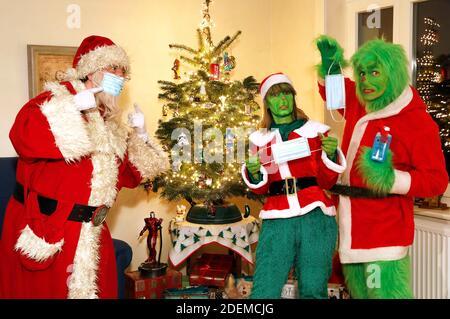 Santa Claus trata de explicar a la Grinch y a la Sra. Grinch cómo usar una máscara protectora. GEEK ART - Bodypainting and Transformaking: 'El Grinch roba la Navidad' Photoshooting con Enrico Lein como Grinch, Maria Skupin como la Sra. Grinch y Fabian Zesiger como Santa Claus en la Villa Czarnecki. En Hameln el 30 de noviembre de 2020 - un proyecto del fotógrafo Tschiponnique Skupin y el pintor de cuerpo Enrico Lein