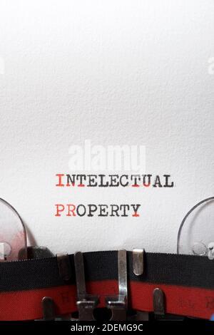 Frase de propiedad intelectual escrita con una máquina de escribir.