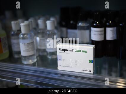 """Una caja de Plaquenil (o cloroquina, hidroxicloroquina) el 30 de marzo de 2020 en París, Francia. La cloroquina es un medicamento antimalaria existente, que se usa tanto para prevenir la enfermedad como para tratarla. Es conocida por la Marca Nivaquine o, para hidroxicloroquina, Plaquenil y es la forma sintética de la quinina. El domingo, el Departamento de Salud y Servicios Humanos de los Estados Unidos (HHS) dijo en una declaración que la cloroquina y la hidroxicloroquina podrían recetarse a adolescentes y adultos con COVID-19 """"según corresponda, cuando un ensayo clínico no está disponible o factible"""", después de que la FDA emitió una autorización de uso de emergencia."""
