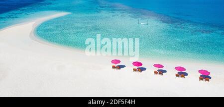 Increíble paisaje aéreo en las islas Maldivas. Vista perfecta del mar azul y del arrecife de coral desde el avión o el avión. Exótica viajes de verano y paisaje de vacaciones