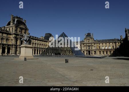 Las Pirámides del Louvre (Pyramides du Louvre) una gran pirámide de vidrio y metal, museo de las persianas (musee du Louvre) está todavía cerrado mientras se reabren los parques y jardines de París.el primer día de su reapertura, ya que Francia facilita las medidas de cierre adoptadas para frenar la propagación del COVID-19 (el nuevo coronavirus). Parques y jardines reabren el 30 de mayo de 2020 en Francia, cafés y restaurantes se están preparando para dar la bienvenida a sus primeros clientes el 2 de junio, desde mediados de marzo: Un aroma de libertad redescubierta flota en el aire, a pesar de los viajes aún limitados y un paisaje económico sombrío. París, Francia, el 30 de mayo de 2020. Fo